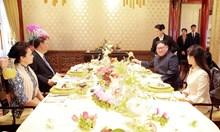 """Секретният зелен влак на Ким с 21 вагона и 100 служители по сигурността, където за десерт баща му се развличал с """"кондукторки"""""""