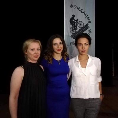 Даниела Анастасова /вляво/ по време на учредяване на фондацията заедно със съпругата на загиналия Евелин - Людмила Дукова /вдясно/. снимка:фейсбук