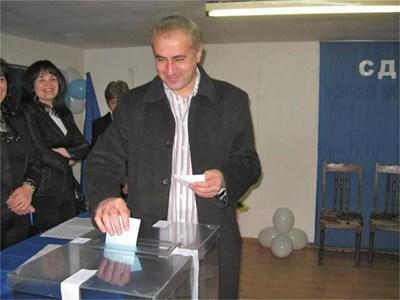 Петър Паунов пуска бюлетина в местния вот през 2008 г.  СНИМКА: АВТОРЪТ