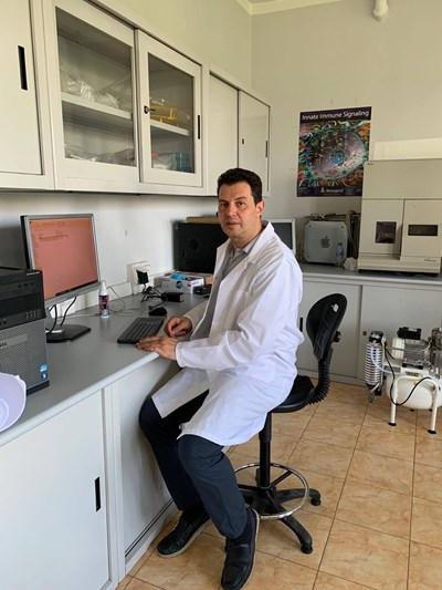 Проф. д-р Сорен Хайрабедян в лаборатория в института