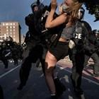 Полицаи арестуват жена, протестираща в парка до Белия дом.