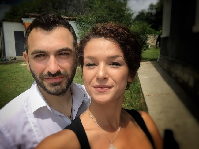 Алекс Кръстева, новоустановената сестра на Нети, без пищна сватба, но с красива рокля на брега на морето
