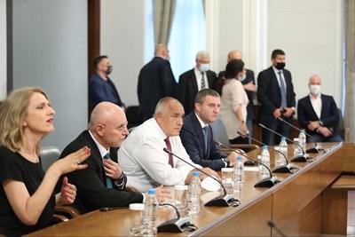Премиерът Бойко Борисов, управителят на БНБ Димитър Радев и финансовият министър Владислав Горанов обявяват приемането на България в чакалнята за еврозоната и в Банковия съюз.