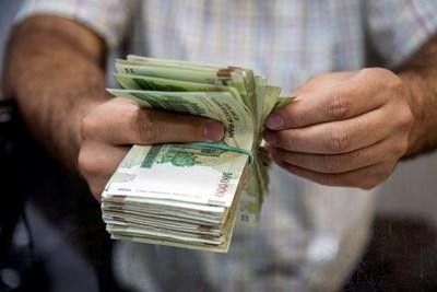 Свивайки разходите си заради коронавирусната криза, много хора изведнъж се оказаха с доста пари. СНИМКА: РОЙТЕРС