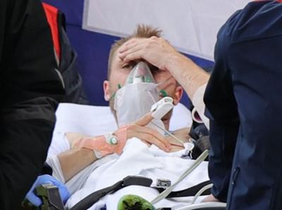 Футболистът Кристиан Ериксен на носилка малко след като получи сърдечен арест на мача Дания - Финландия от европейското първенство. СНИМКА: Ройтерс