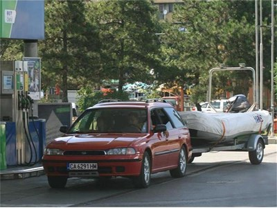 """Пълненето на резервоара с бензин заема повече от половината бюджет на българина, заделен за лятна ваканция. СНИМКИ: """"24 ЧАСА"""""""