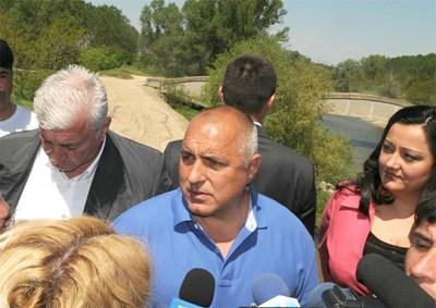 Бойко Борисов при посещението си на моста над Стряма Снимка: Наташа Манева