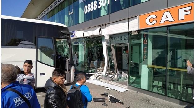 Автобус се вряза в автогара в София (Снимки)