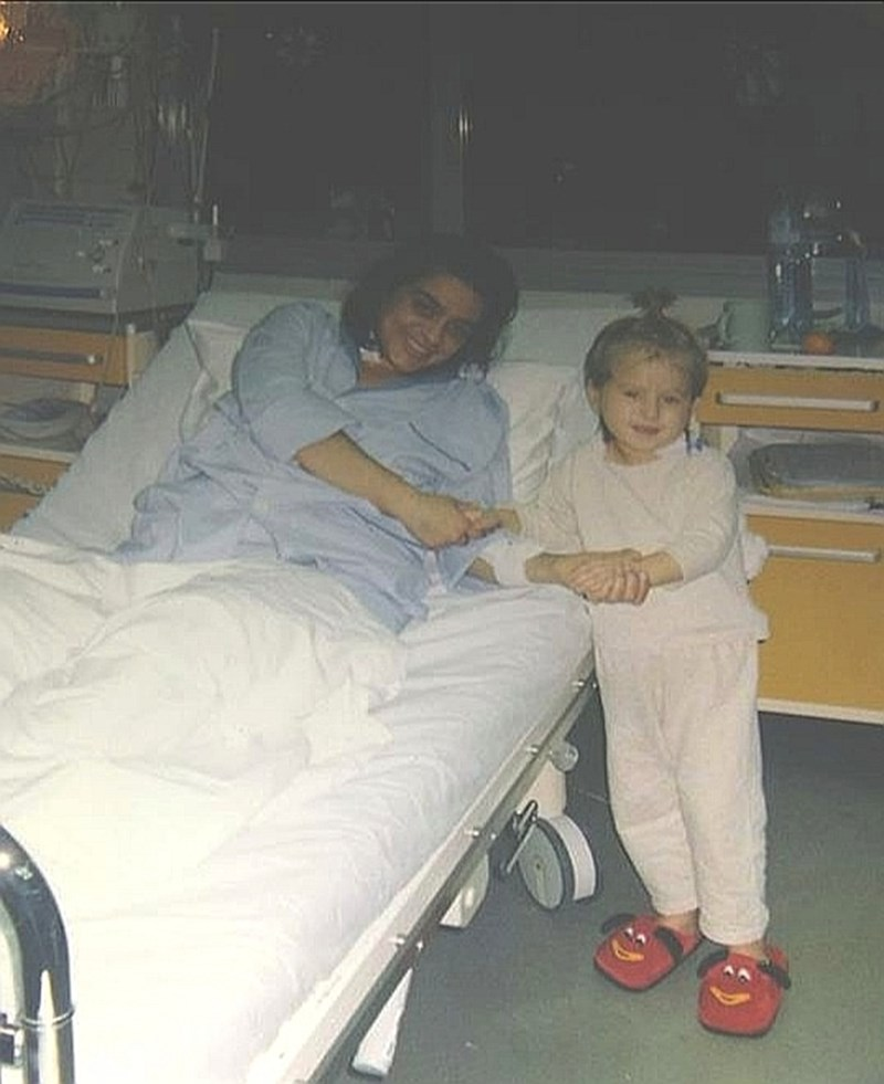 """Биляна и Йоана в реанимацията на болница """"Лозенец"""", дни след трансплантациите си."""