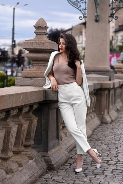 Белите панталони са подходящи за жени с перфектни фигури. СНИМКА: ВЕЛИСЛАВ НИКОЛОВ
