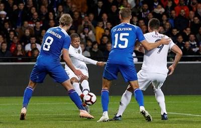 Ейолфсон (с номер 15 на гърба) отклони топката във вратата след удар на Мбапе. Снимка РОЙТЕРС