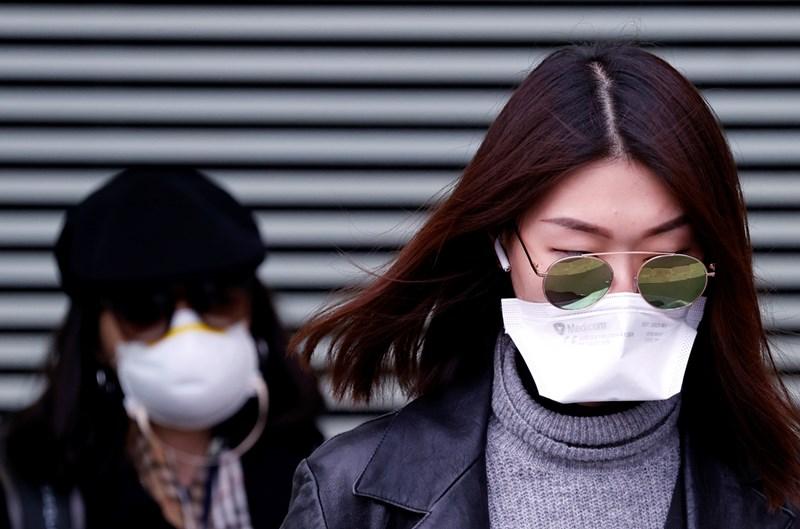 Жени напускат полицейско управление в Париж, Франция, след като са били задържани по подозрения, че за заразени с коронавирус