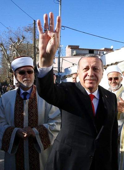 Турският президент поздравява мюсюлмани в Комотини. СНИМКА: РОЙТЕРС