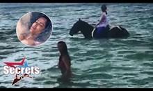 Салма Хайек се къпе в морето в компанията на коне