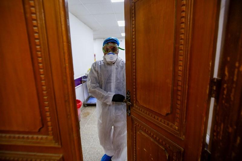 Представител на медицинския персонал в стая за карантина в болница Наджаф, Ирак
