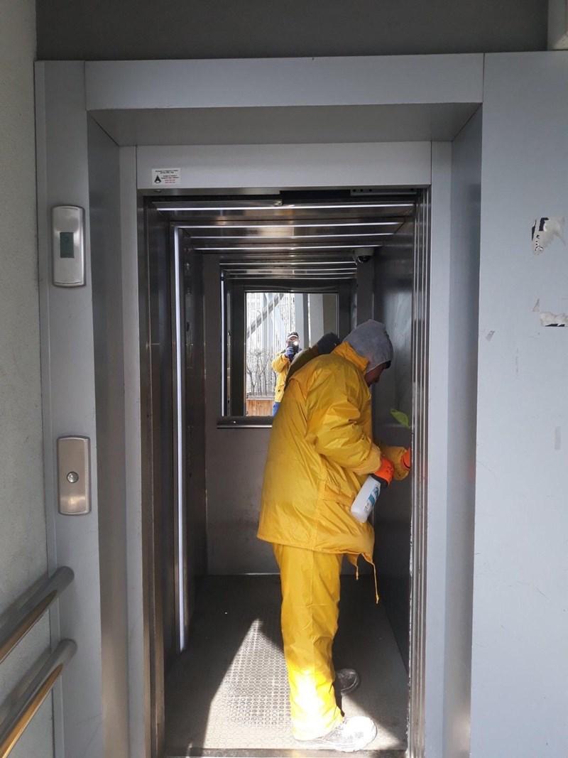 Почистват се обществени асансьори и автобусни спирки.