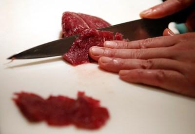 Суши готвач разрязва парче конско месо в ресторант в Токио. Сурово конско се влага в популярното ястие и е широкоразпространено в Япония СНИМКА: Снимки: Ройтерс
