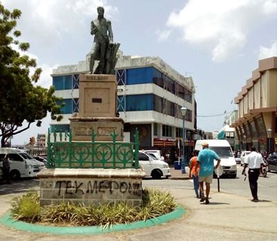 Статуя на вицеадмирал Нелсън в Бриджтаун, Барбадос, е надраскана днес след като правителството на острова поиска да се отдели от британската корона. СНИМКА: РОЙТЕРС