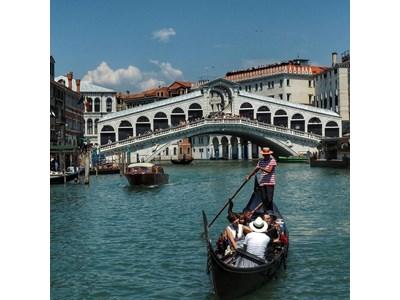 """Каменният мост """"Риалто"""" на Канале Гранде е завършен през 1591 г. и е дълъг 48 и висок 7,5 метра.  СНИМКА: ИНСТАГРАМ"""