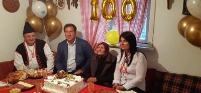 Столетницата баба Мина с кметовете на град Съединение, село Царимир и гостите СНИМКА: НИКОЛАЙ ЧАПАНСКИ