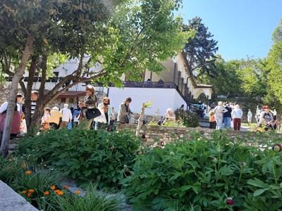 Непрестанна върволица към храма в манастира на Белащица има през целия ден. Снимки: Авторът
