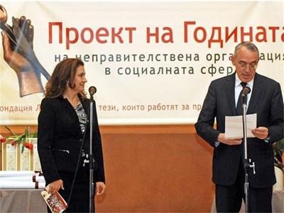 """Съиздателят на в. """"24 часа"""" и председател на КРИБ Огнян Донев участва в 7-ата поредна церемония на фондация """"Лале"""". Той лично връчи наградата за проекта """"Ранна интервенция за предотвратяване изоставането на деца с увреждания"""". СНИМКА: ХРИСТО РАХНЕВ"""