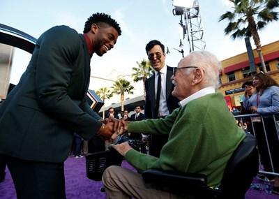 Стан Лий (със зелена блуза) в Лос Анджелис Снимка: Ройтерс