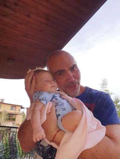 Росен Петров с дъщеричката си Славея СНИМКА: Личен  архив