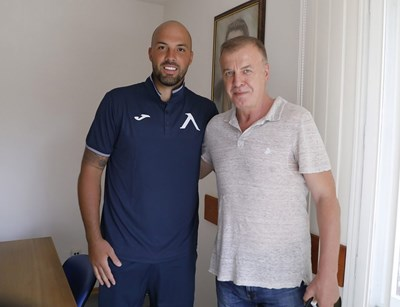 """Михайлов и Сираков позират след подписа. Снимка: клубен сайт на """"Левски"""""""