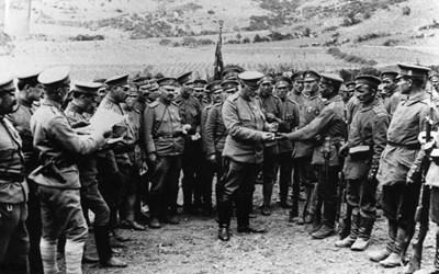 Ген. Вазов награждава отличили се бойци от 34-и троянски полк през май 1917 г.