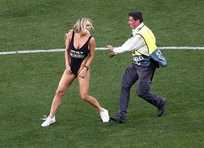 """Кинси Волански нахлу на """"Естадио Метрополитано"""" в Мадрид Снимка: Ройтерс"""