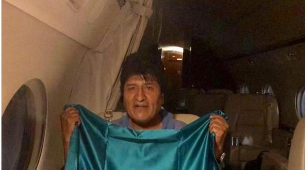 """Боливийският президент Ево Моралес избяга в Мексико. """"Ще се върна с нови сили и енергия"""", закани се най-дълго управлявалият държавен глава в Латинска Америка"""