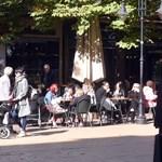 Заведенията по Главната са пълни с клиенти в слънчевите октомврийски дни