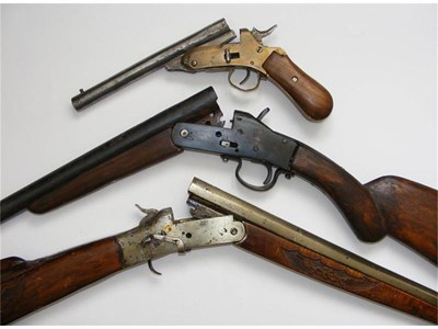 """Пищовът """"Овчарска съдба"""" редом с пушките, които използва за резервни части."""