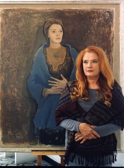 """Виолета Гиндева пред портрета си като Катерина във филма """"Князът"""", рисуван от художника Найден Петров."""
