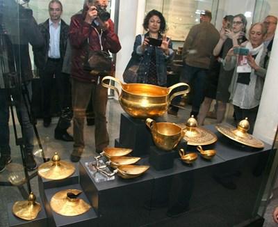 Десетки се тълпят всекидневно пред витрините с най-ценните ни съкровища в пловдивския археологически музей.
