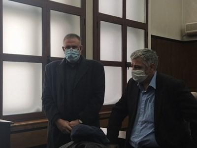 Д-р Иван Димитров в съда (вляво) с адвоката си. Снимки: Авторът
