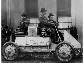 Първата кола на Лонер-Порше се превръща в сензация на изложението в Париж. Снимки: РОЙТЕРС и АРХИВ