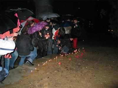 """През 2006г. ученици от Кърджали запалиха свещи в памет на децата, загинали в дискотека """"Индиго"""" и на всички деца, жертви на трагични инциденти"""