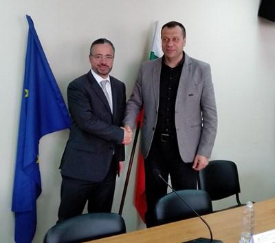 Карел Крал, регионален мениджър на ЧЕЗ за България (вляво) и Бисер Михайлов, областен управител на Благоевград (вдясно)