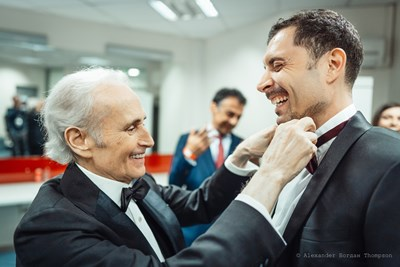 Великият Хосе Карерас оправя лично папийонката на ученика си Росен Ненчев и създава настроение преди общия им концерт.  СНИМКА: ALEXANDER БОГДАН THOMSON