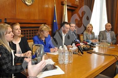 Димитър Николов представи бюджета на Бургас за 2020 г. в присъствието на зам.-кметовете си. СНИМКА: Авторът  СНИМКА: 24 часа