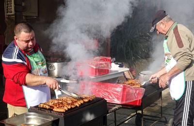 Купища месо зацвърчаха на скарите за радост на местните.