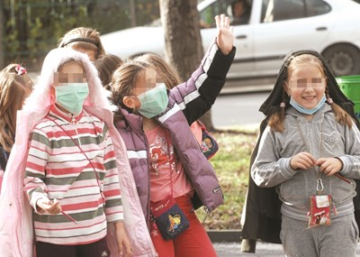 И малките ученици свикнаха да ходят с маски още през ваканцията.