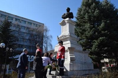 Горнооряховчани отрупаха с венци и цветя паметника на Македончето