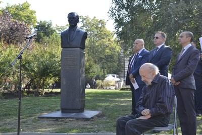 Паметникът на Удроу Уилсън. Седналият на стола е скулпторът Георги Чапкънов - Чапа.  СНИМКА: ЙОРДАН СИМЕОНОВ