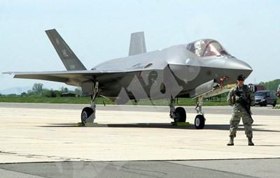 """Най-новите американски изтребители F-35 кацнаха """"Граф Игнатиево"""". Снимка НАТАША МАНЕВА СНИМКА: 24 часа"""