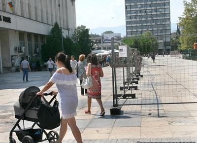 Майки с колички се чудят откъде да минат заради заградения площад. Снимки: Евгени Цветков