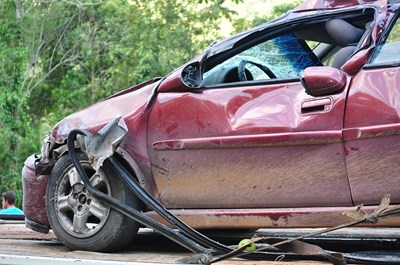 19-годишен шофьор оцеля след сблъсък в стълб, врати и гараж