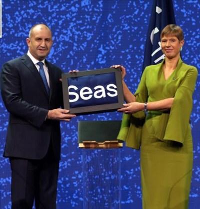 """В Талин президентът Радев прие от естонската си колега Керсти Калюлайд домакинството на инициативата за регионално сътрудничество """"Три морета"""" СНИМКА: Прессекретариат на държавния глава"""